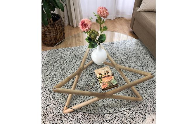インテリアや家具に様々な形やアースカラーを取り入れて。ピンクの花とガラスの円形テーブルでやさしい雰囲気に。
