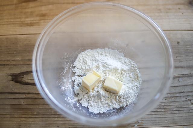 余ったお餅で作る餅カレーラザニアのレシピ工程:バターと薄力粉を加熱する