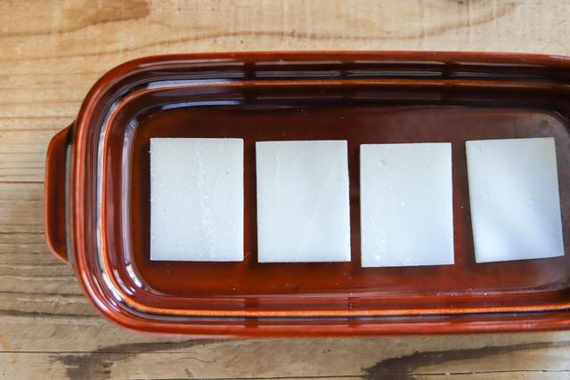 余ったお餅で作る餅カレーラザニアのレシピ工程:耐熱皿に餅を4枚並べる