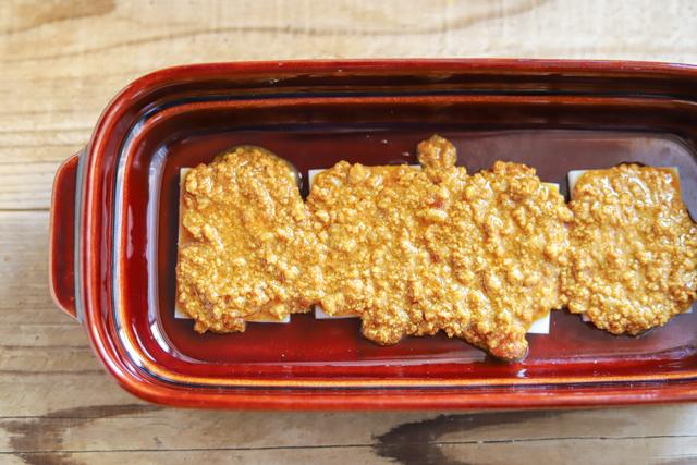 余ったお餅で作る餅カレーラザニアのレシピ工程:キーマタイプのレトルトカレーを使用