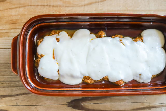 余ったお餅で作る餅カレーラザニアのレシピ工程:ホワイトソースをかける