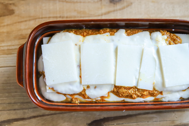 余ったお餅で作る餅カレーラザニアのレシピ工程:餅、カレー、ホワイトソースの順に重ねていく