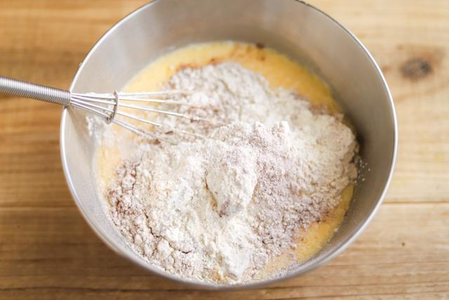 フライパンチョコバウムクーヘンの作り方:ココアパウダーを加える