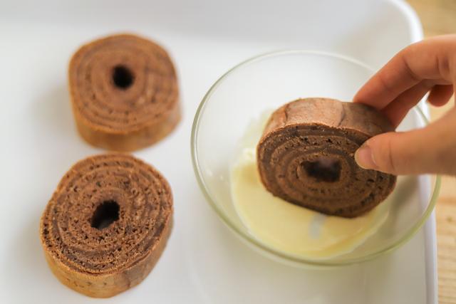 フライパンチョコバウムクーヘンの作り方:バウムクーヘンを溶かした板チョコでデコレーション