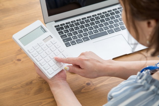 家賃を計算する女性