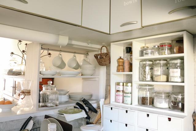 ホーム&ライフスタイルプロデューサー・ヘザーブラッキンさんのダイニングキッチン。DIYした収納棚などおしゃれな工夫がつまっている