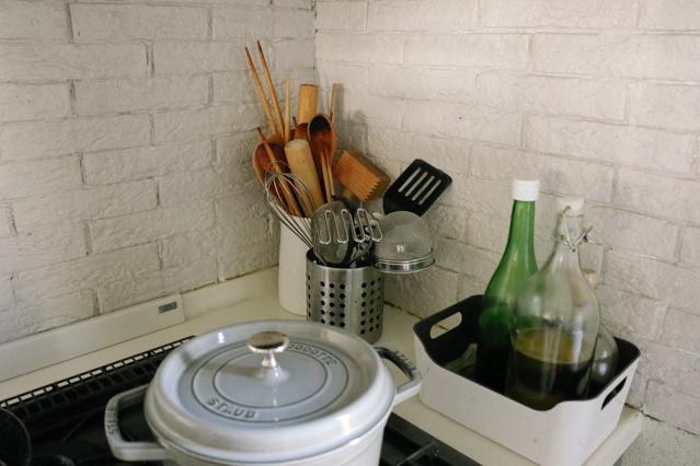 ヘザーさん宅のキッチン。ガスコンロのまわりに貼ってはがせるカッティングシートを仕様している