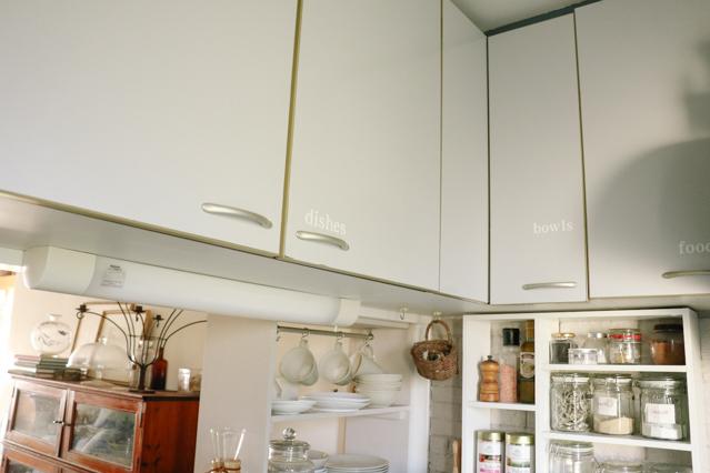 キッチンの戸棚貼られたステッカー。「dishes」「bolws」などどこに何が入っているか分かるようになっている
