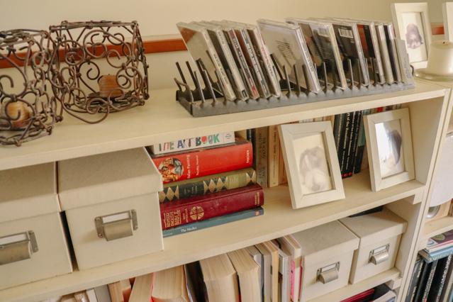ヘザーさん宅の〝見せる収納〟。CDや書籍がおしゃれに飾られている