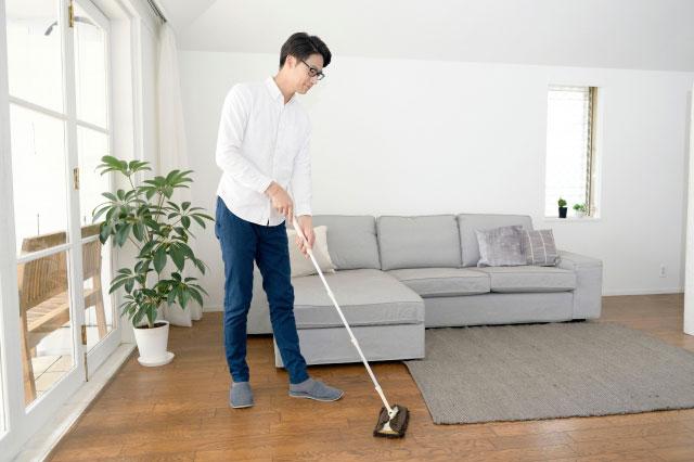 一人暮らしで掃除をする男性
