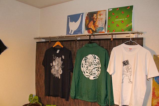 壁に掛かる自刷りのTシャツとレコード