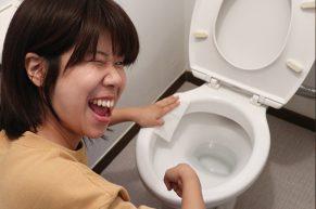 トイレクリーナーでトイレを掃除する木村