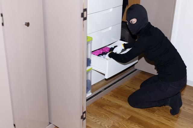 不在中に侵入され、窃盗や盗撮、盗聴の被害に遭うリスクも