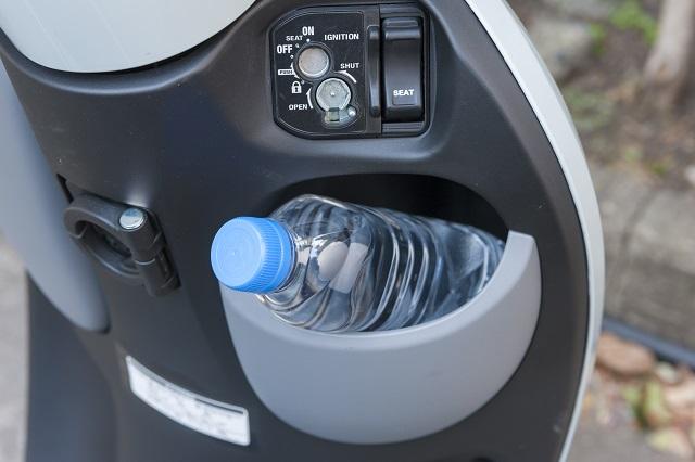 原付の便利なアクセサリ1:原付のインナーラックにはペットボトルなどもすっぽり収納できる