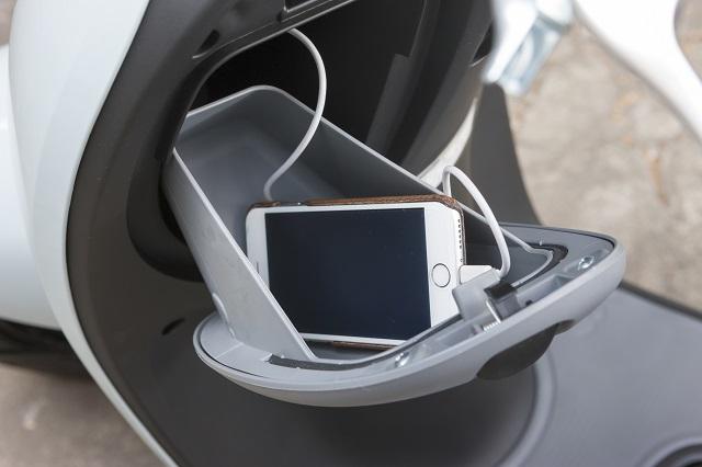 原付の便利なアクセサリ2:グローブボックス内にある、スマートフォンなどの充電ができるアクセサリーソケット
