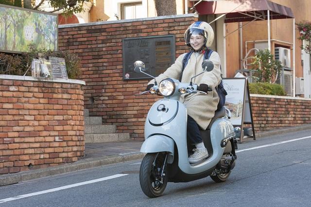Hondaの「ジョルノ」で通学する女子大学生