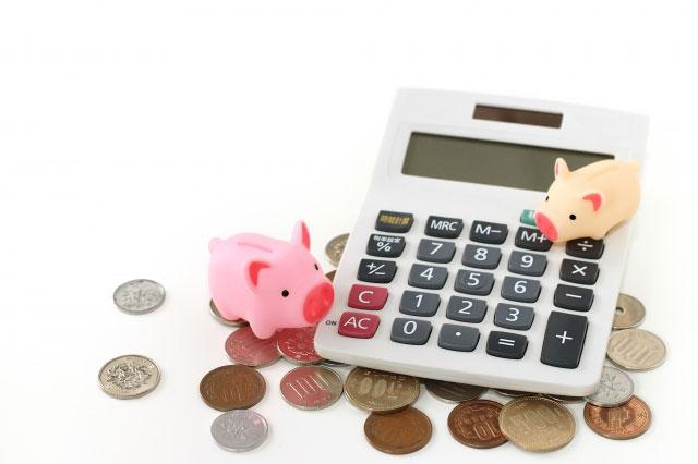 敷金やクリーニング代にかかるお金を計算しようとする豚