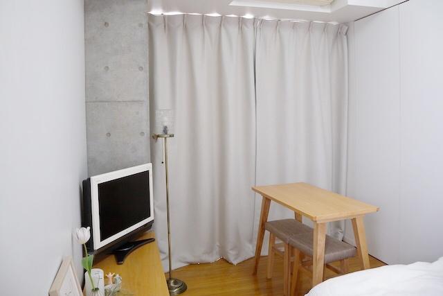 シンプルな部屋にマッチするライトグレーのカーテン