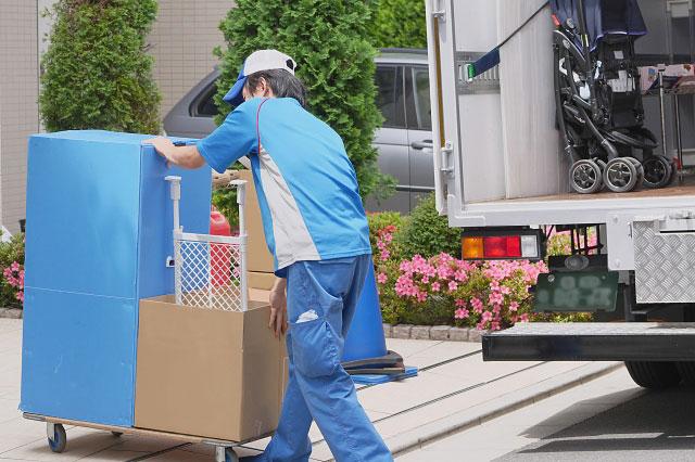 二人暮らしの洗濯機を搬入する引越し業者