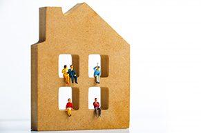リフォームやリノベーションされた部屋に住んでいる人々