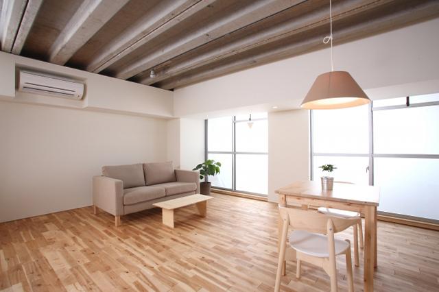 リフォームやリノベーションで壁や床が張り替えられた部屋