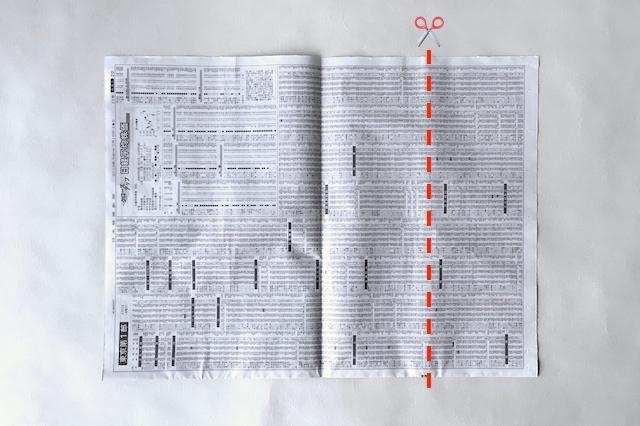 防災アイテム・新聞紙で作る食器の作り方の工程:新聞を正方形にカットする様子