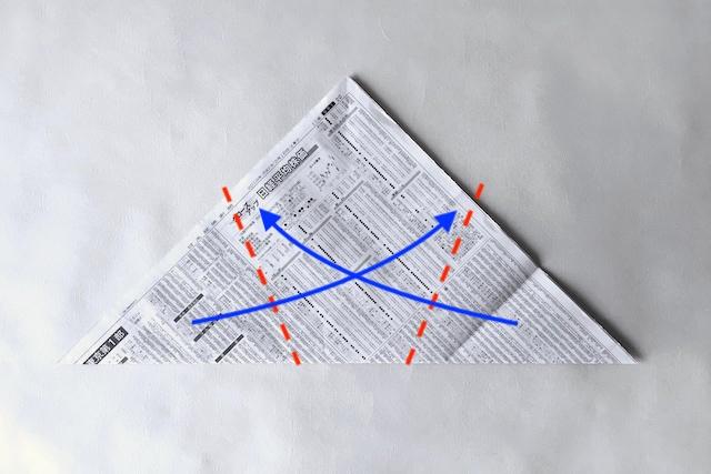 防災アイテム・新聞紙で作る食器の作り方の工程:三角形にした新聞紙をさらに折って五角形にしている様子