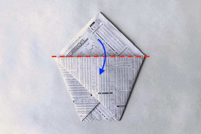 防災アイテム・新聞紙で作る食器の作り方の工程:上部を折っている様子