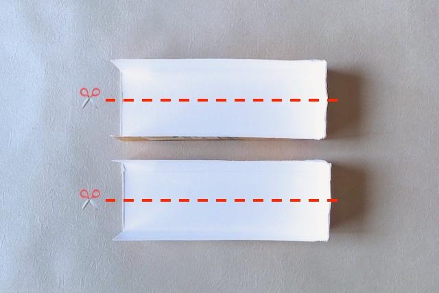 防災アイテム・牛乳パックで作るスプーンの作り方の工程:カットした牛乳パックをさらに縦にカットする様子