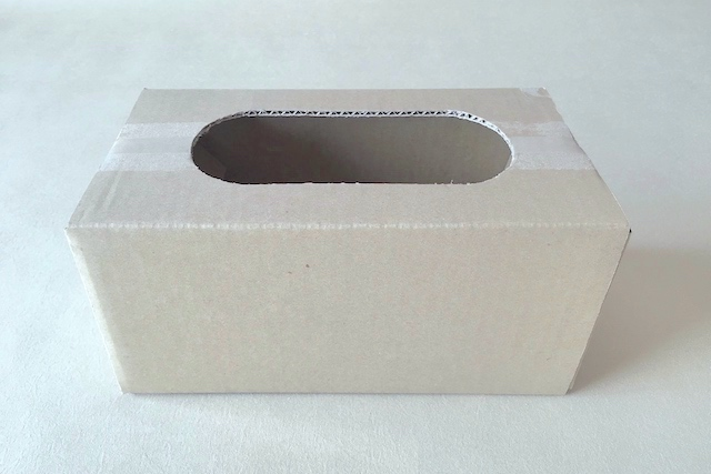 防災アイテム・段ボール簡易トイレの作り方の工程:段ボールに穴をあける