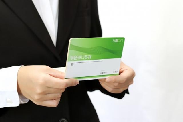 銀行通帳をみつめる女性