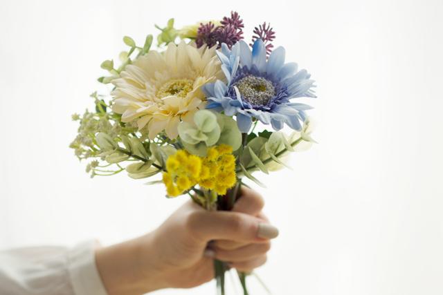 造花選びのポイントは「色味を統一すること」。購入時に花束のように組み合わせてチェックしておくのがおすすめ。