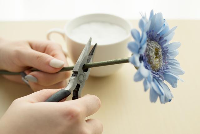 100均の材料で作る造花アレンジメントのレシピ:造花の茎部分をはさみでカットする