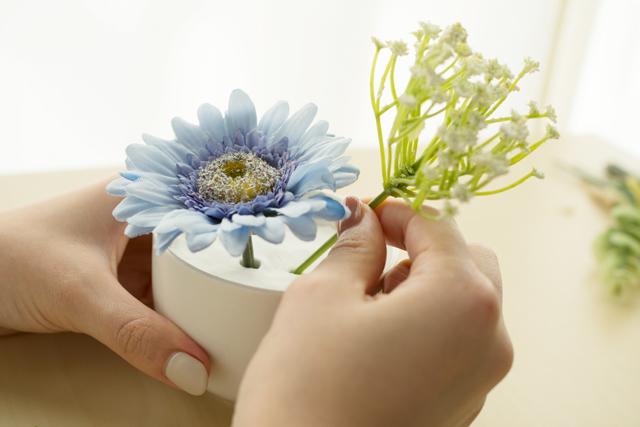 100均の材料で作る造花アレンジメントのレシピ:紙粘土をつめた器に造花を刺していく