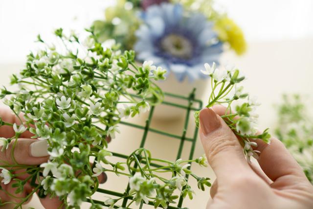 100均の材料で作る造花アレンジメントのレシピ:インテリア用のグリーンマットを過分解して器に詰める