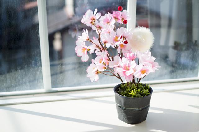 和食器と桜を組み合わせた造花アレンジメント
