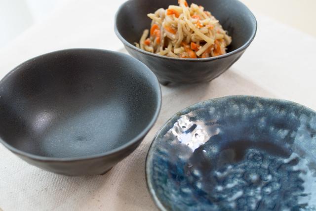 黒いマットな小鉢と、藍色の小皿|セリア