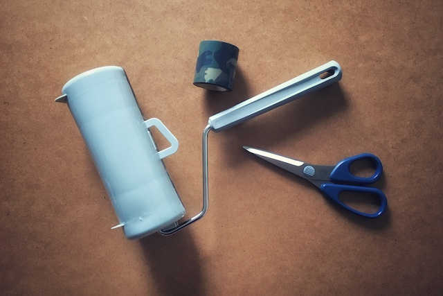 コロコロクリーナーのDIYに必要な材料:デザイン養生テープ、はさみ、コロコロクリーナー
