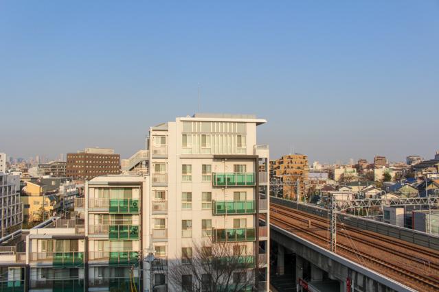 倫さんの部屋から見える風景。マンション横には線路もあるが二重サッシのおかげで騒音知らず