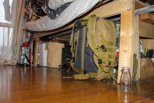 上原さんがDIYしたベッド。下に収納スペースを設けている