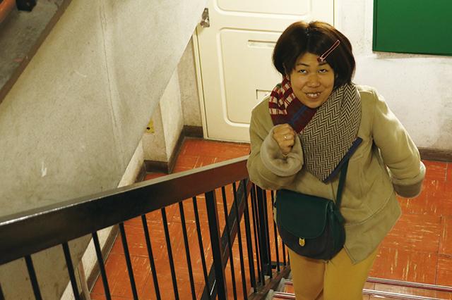階段を上がる木村