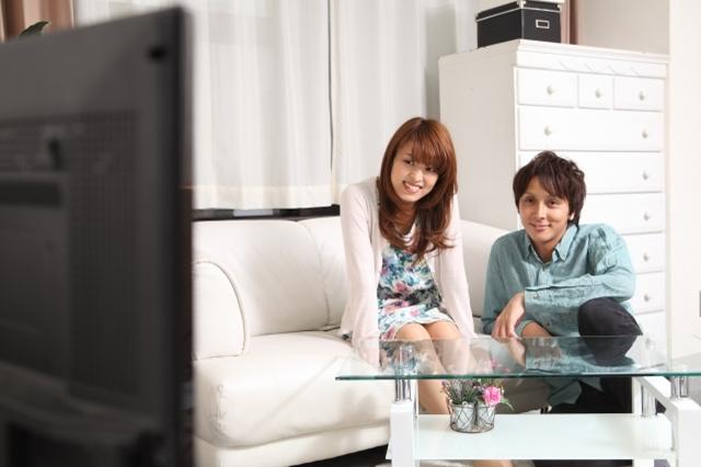 テレビを見ながら楽しむカップル