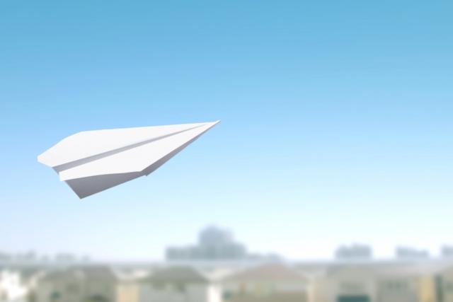 一人暮らしをして頑張っている人たちの夢をのせた紙飛行機