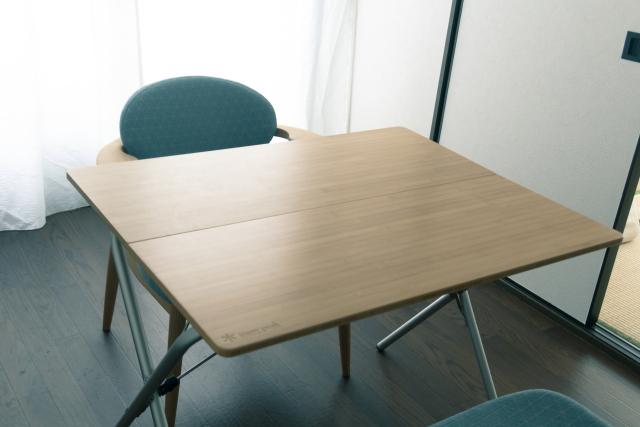 ダイニングテーブルとなっているのは、アウトドア用品であるスノーピーク製「ワンアクションローテーブル竹」
