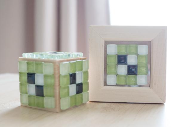 100均のブロック状の木材にタイルを貼った様子と写真たてにタイルを貼って飾った様子