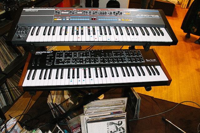 アナログシンセサイザーの「Roland JUNO-106」と「Prophet Rev2」