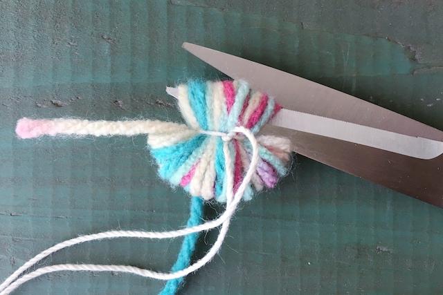 ポンポンの作り方:糸をフォークから外して両端の輪をカットする