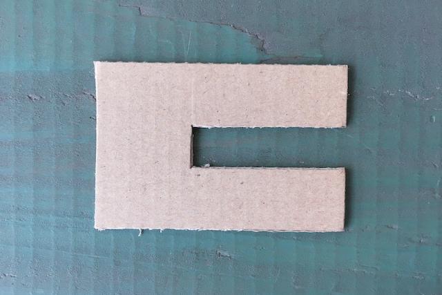 ポンポンの作り方:丈夫な厚紙や段ボールをアルファベットのC(左利きの人はコの字)のようにカットする