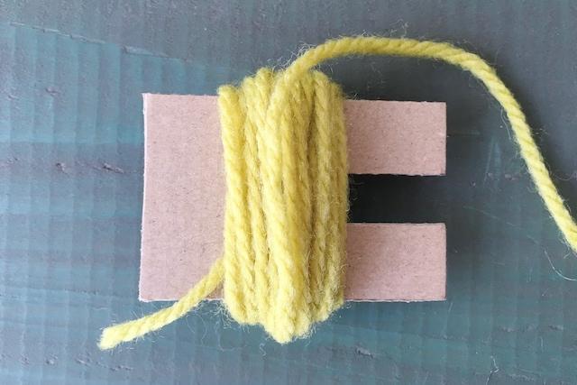 ポンポンの作り方: 厚紙に好みの糸を巻きつける