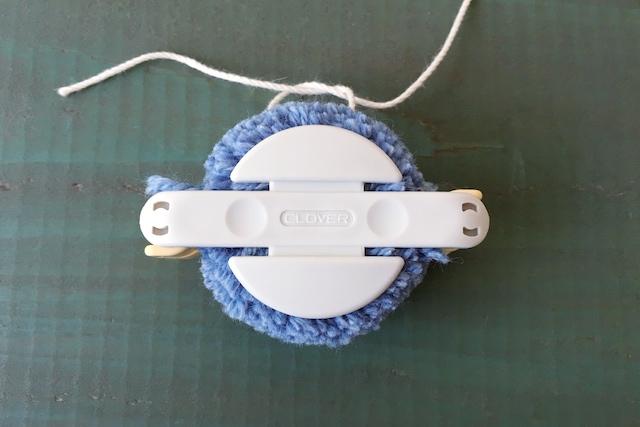 ポンポンの作り方:アームの溝にたこ糸を巻き、きつく結ぶ